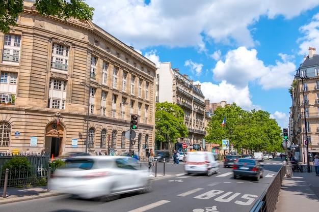 Frankrijk, parijs. straat in het stadscentrum met druk verkeer. zonnige zomerdag