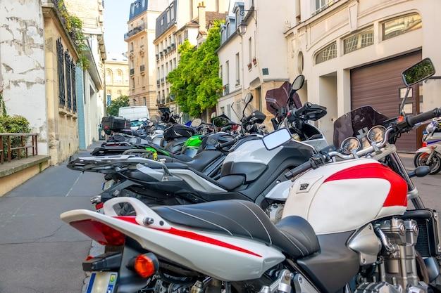 Frankrijk, parijs. verschillende motorfietsen geparkeerd in een zonnige zomerstraat