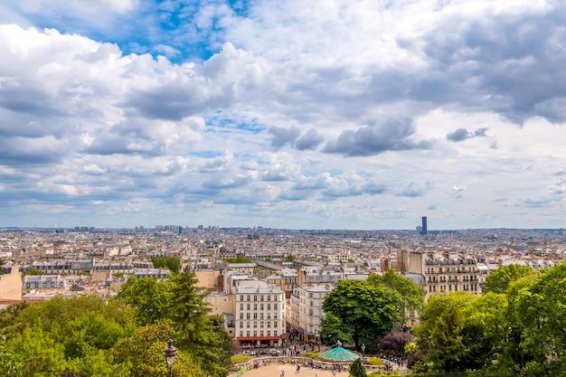 Frankrijk. parijs. zomerdag. panoramisch zicht op de daken. de wolken vliegen snel. de eiffeltoren is niet zichtbaar