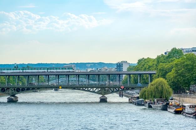 Frankrijk. zomerdag in parijs. bir-hakeim-brug op twee niveaus over de rivier de seine met trein en auto's