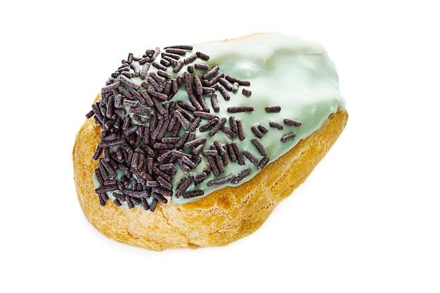 Frans gebak gevuld met vanillecrème, glazuur met munt en chocoladeschilfers erop geïsoleerd op wit