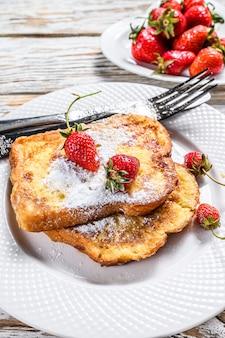 Frans geroosterd met aardbei. gezond ontbijt. bovenaanzicht