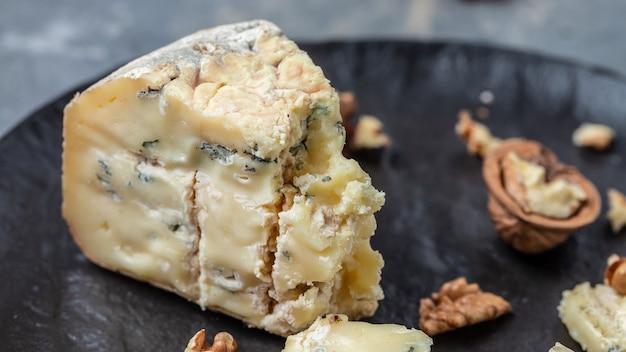 Franse blauwe kaas roquefort, gemaakt van schapenmelk met walnoten. voedsel recept achtergrond. detailopname.