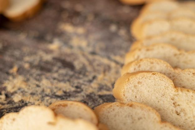 Franse brood gesneden op de houten