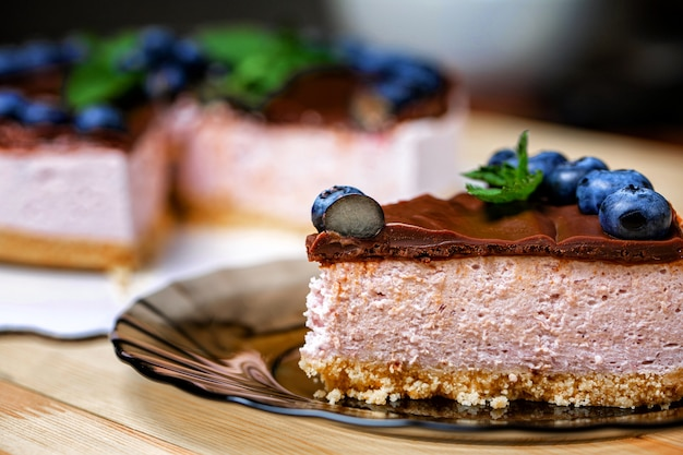 Franse cake met yoghurtroom, chocolade en vers bosbessenfruit
