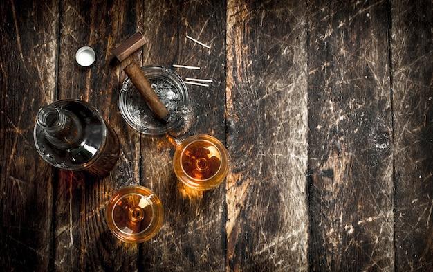 Franse cognac met een sigaar. op een houten achtergrond.