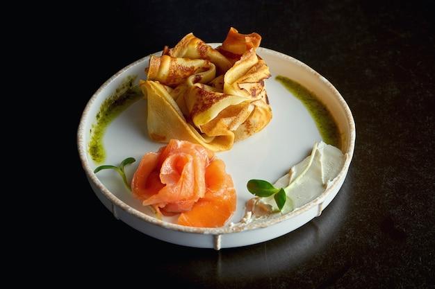 Franse crêpe met zalm en roomkaas. ontbijt. selectieve aandacht