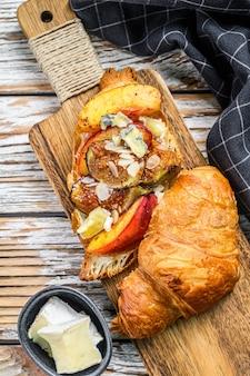 Franse croissant met bree-kaas, perzik en vijgen