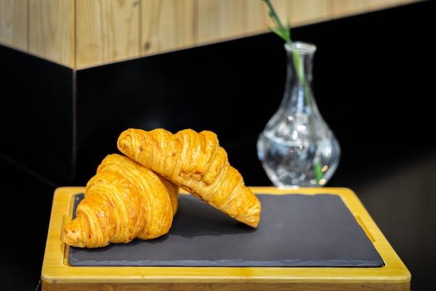Franse croissants in een bakkerijwinkel. crescent-vormige broden.