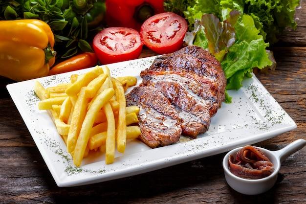 Franse frietjes met biefstuk, gesneden romp picanha