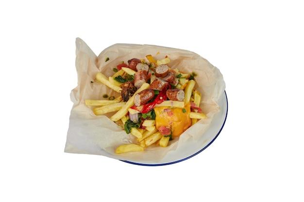 Franse frietjes met kaas en worst op wit wordt geïsoleerd