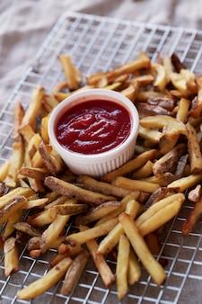 Franse frietjes met ketchup saus