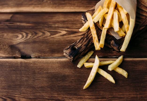 Franse frietjes op een houten achtergrond
