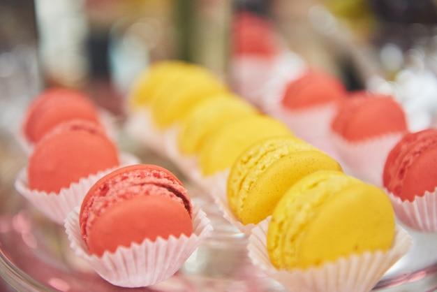 Franse kleurrijke macarons in bruiloftsbuffet