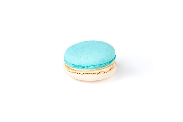 Franse macaron geïsoleerd op een witte achtergrond.