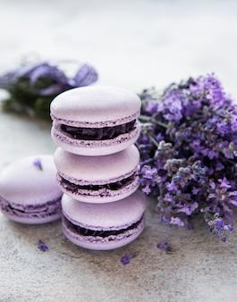 Franse macarons met lavendelsmaak en verse lavendelbloemen