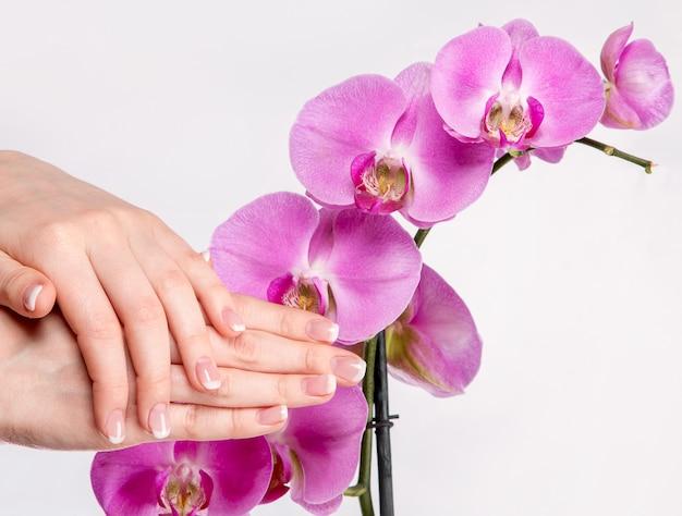Franse manicure en orchideebloem