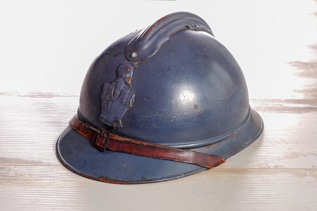 Franse militaire helm van de eerste wereldoorlog op de houten tafel