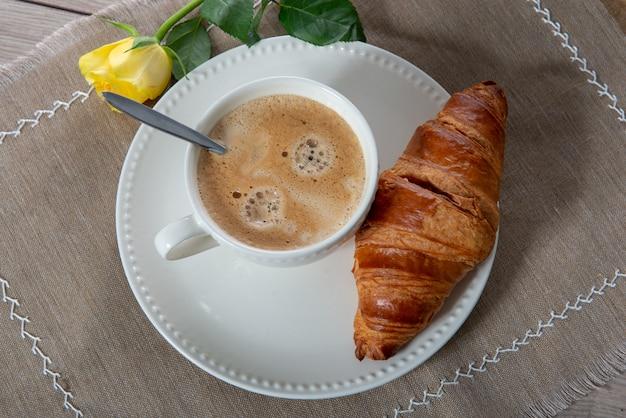 Franse ontbijtkoffie met melk en croissants