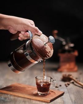 Franse perskoffie die in een kop gieten