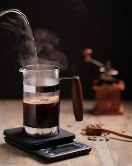 Franse perskoffie op een schaal