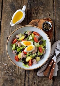 Franse salade met tonijn, gekookte aardappelen, ei, sperziebonen, tomaten en ansjovis