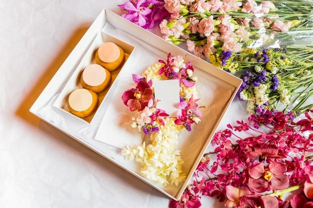 Franse soesjes in geschenkverpakking met bloem voor ter ere.