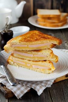 Franse toast kaas en spek met op een oude houten