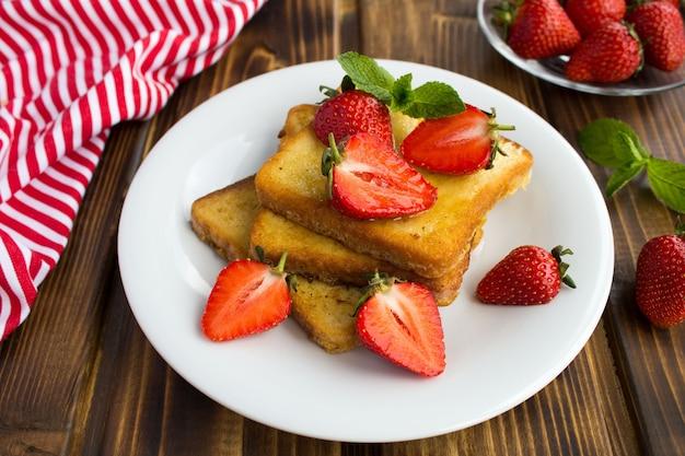 Franse toast met aardbeien in de plaat