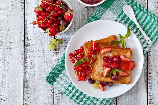 Franse toast met bessen en jam voor het ontbijt