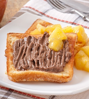 Franse toast met gekarameliseerde appels en chocoladeroom voor het ontbijt