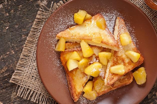Franse toast met gekarameliseerde appels voor het ontbijt