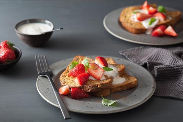 Franse toast met yoghurt en aardbeien als ontbijt