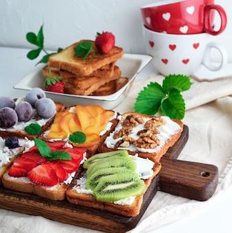 Franse toast met zachte kaas, aardbeien, kiwi, walnoten, kersen en bosbessen