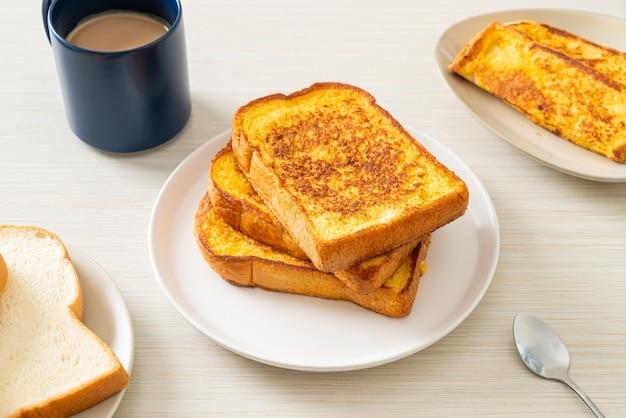 Franse toast op witte plaat voor ontbijt