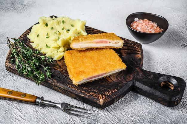 Franse traditionele keuken kip gebakken cordon bleu vleeskotelet op wit. bovenaanzicht.