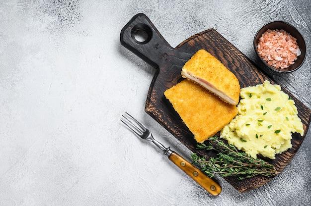 Franse traditionele keuken kip gebakken cordon bleu vleeskotelet. witte achtergrond. bovenaanzicht. ruimte kopiëren.