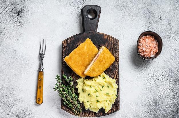 Franse traditionele keuken kip gebakken cordon bleu vleeskotelet