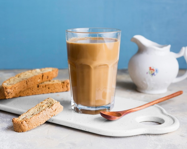Frappe in glas naast sneetjes brood met zaden