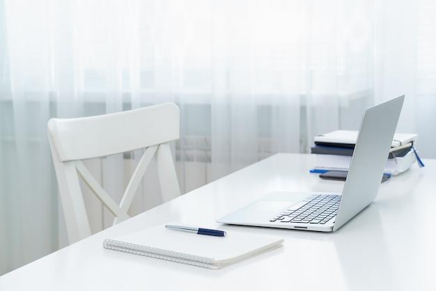 Freelance bureau met laptop. onderwijs op afstand. quarantaine, zelfisolatie, sociofobie. e-learning