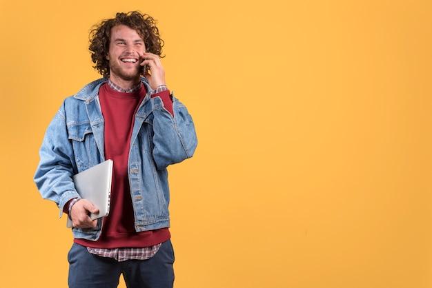 Freelance concept met de mens die telefoongesprek maakt