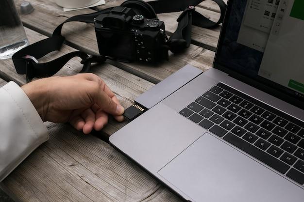 Freelance maker van inhoud gebruikt een geheugenkaartadapter