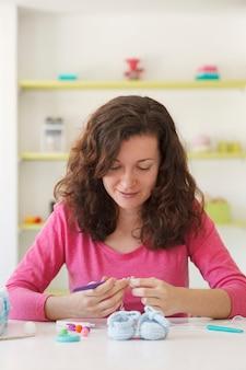 Freelance studio breien met een creatieve vrouw die een bedrijf begint