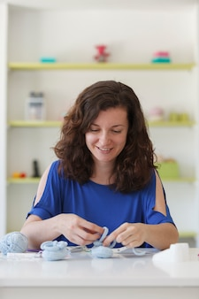 Freelance vrouw die werkt met wollen ambachten