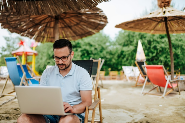 Freelance werk op het strand.