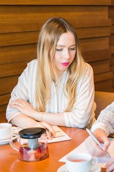 Freelance werken in koffiehuis