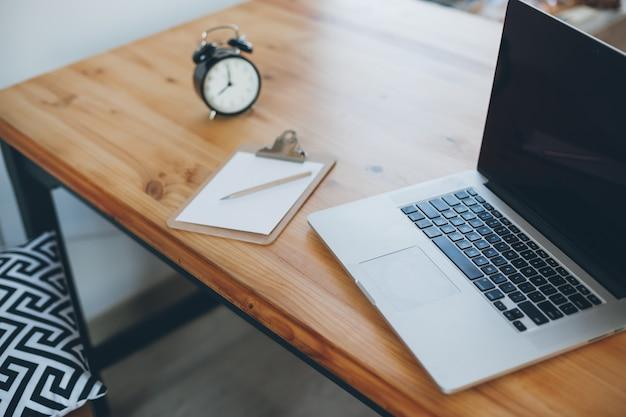 Freelance werkplek met laptop