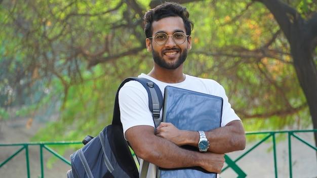 Freelance zaken man vrijetijdskleding met laptop gelukkige jonge aziatische man