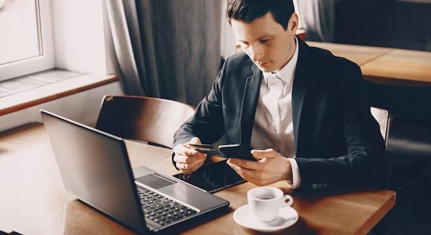 Freelancer die gegevens van een bankkaart in zijn telefoon invoert