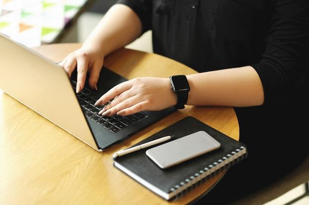 Freelancer die op laptop werkt